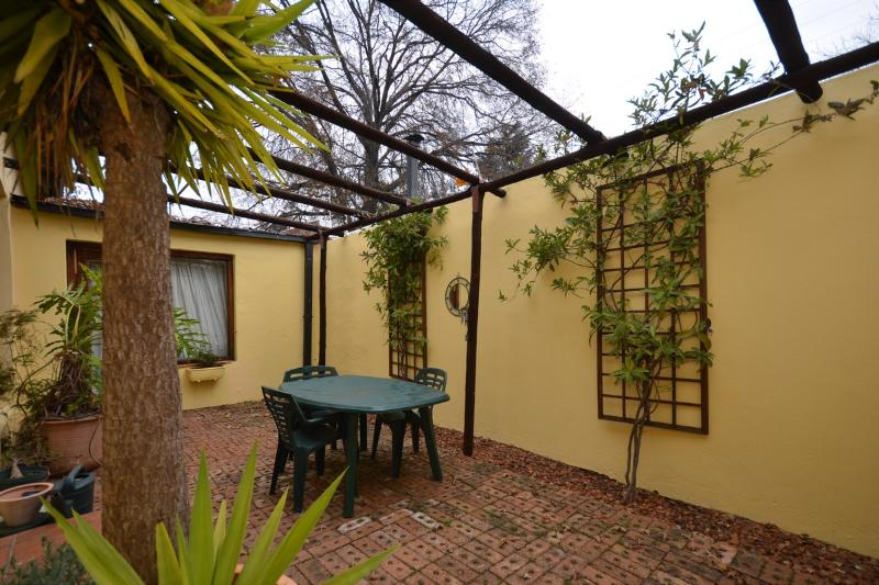 Courtyard accessible from 2nd bedroom - Home in leafy Westene opposite park - Johannesburg - rentals