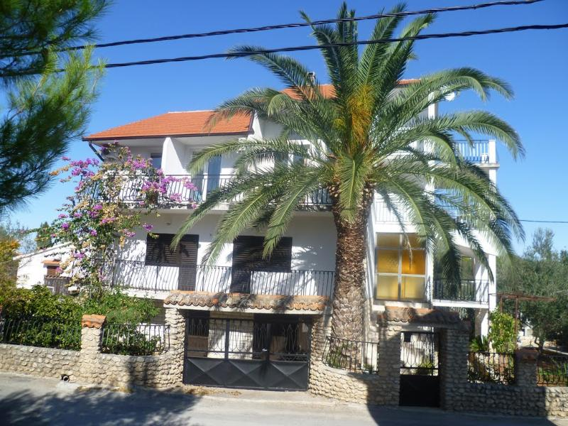 Apartments Sanja in Ždrelac, island Pašman - Lovely orange apartment in Ždrelac great vacation - Zdrelac - rentals