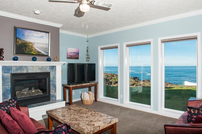 Living Room - Book now at www.KeystoneVacationsOregon.com - Oceanfront Condo - HDTV, WiFi, Indoor Pool & More! - Depoe Bay - rentals