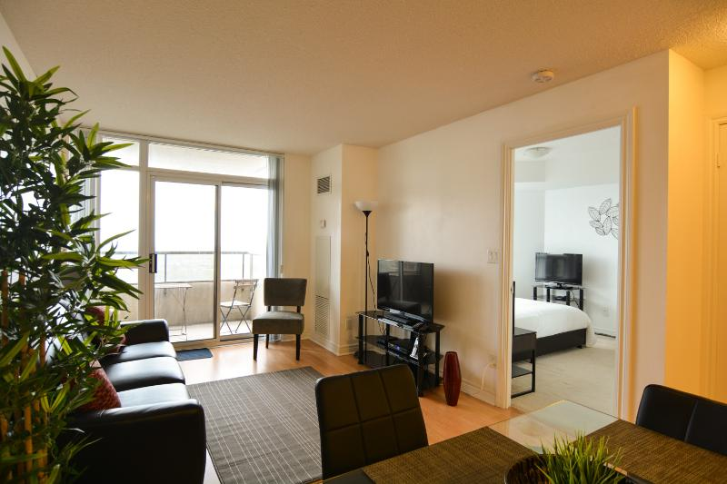 Living room - Deluxe 1 Bedroom with Den, close to Square One - Mississauga - rentals