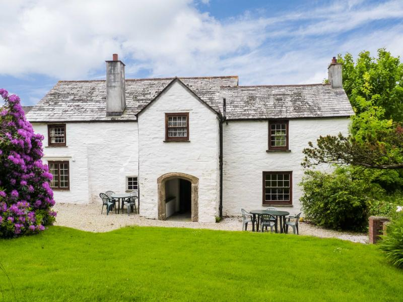 WESTROOSE FARM HOUSE, large enclosed garden, open fire, two sitting rooms, WiFi, Ref 912075 - Image 1 - Camelford - rentals