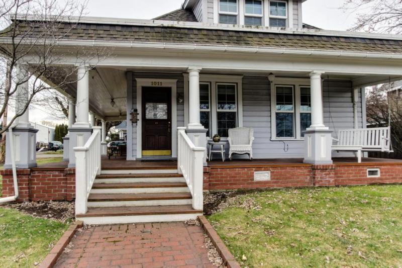 Picturesque & charming home close to downtown! - Image 1 - Hood River - rentals