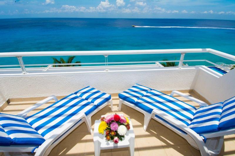 Pure bliss! Newly remodeled Miramar penthouse condo 402 - Image 1 - Cozumel - rentals