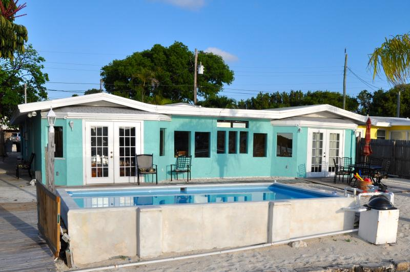 Newly repainted in 2013 - Gulf View Place w/ Dock, Pool, Kayaks, Sandy Shore - Marathon - rentals
