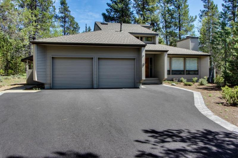 Spacious family-friendly home w/ private hot tub & SHARC passes for everyone - Image 1 - Sunriver - rentals