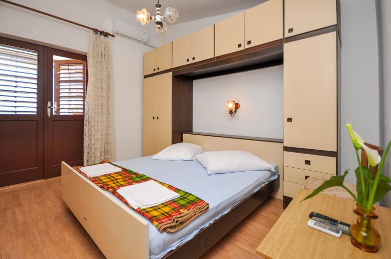 Apartment and Rooms Ivan - 45191-S12 - Image 1 - Makarska - rentals
