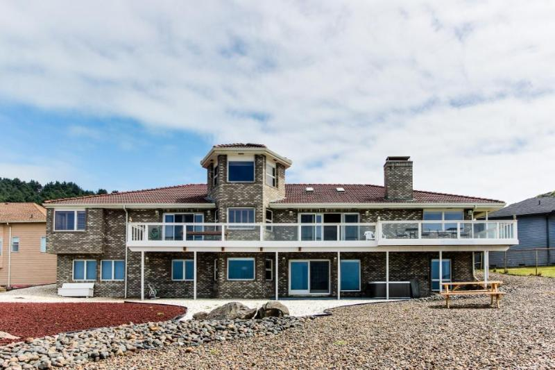 Oceanfront, dog-friendly home w/ hot tub and amazing views - Image 1 - Newport - rentals