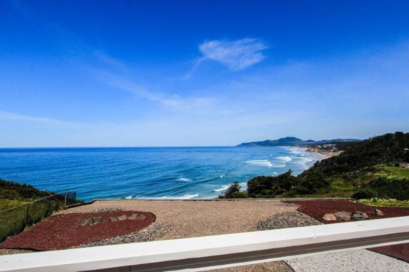 Huge, elegant, dog-friendly oceanfront estate w/ private hot tub on 1/2 acre! - Image 1 - Newport - rentals