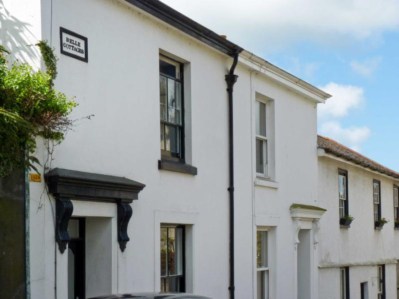 3 BELLE COTTAGE, WiFi, king-size zip/link double bed, decked courtyard with furniture, Ref 28912 - Image 1 - Kingsbridge - rentals