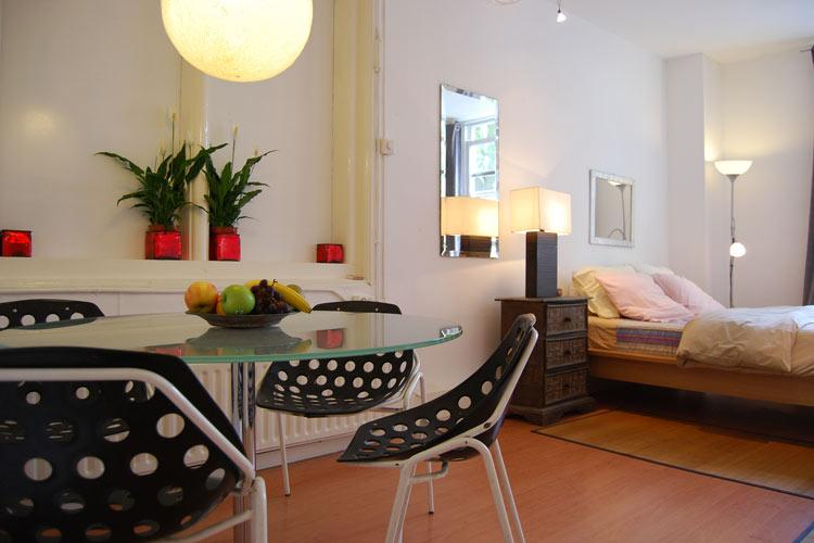 Large Bedroom with dinning table - The 9 Streets Studio - Amsterdam - rentals