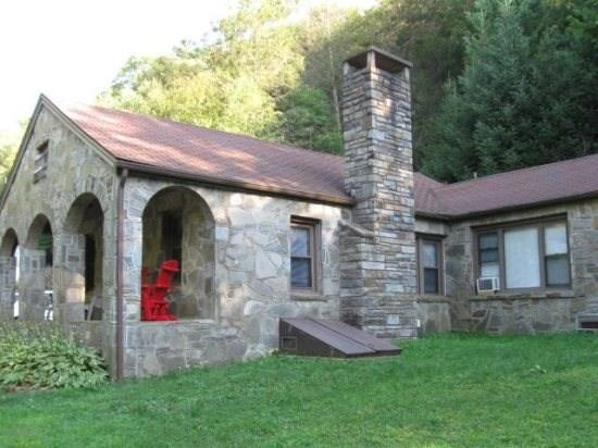 3BR Between Boone and Blowing Rock, Hot Tub, Large Flat Screen, Leather Furniture, Right By Tweetsie Railroad, Great Location - Image 1 - Blowing Rock - rentals