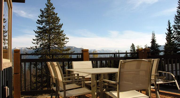 HUNTERS HAVEN: Nestled in a wooded corner of the Aspen Condo Development, Hunters Den is a peaceful and inviting haven at Kicking Horse Mountain Resort. - Hunters Haven - Golden - rentals