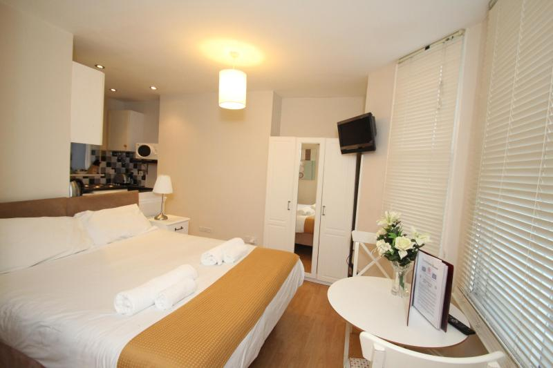 Delightful West London Studio Apartment - Image 1 - London - rentals