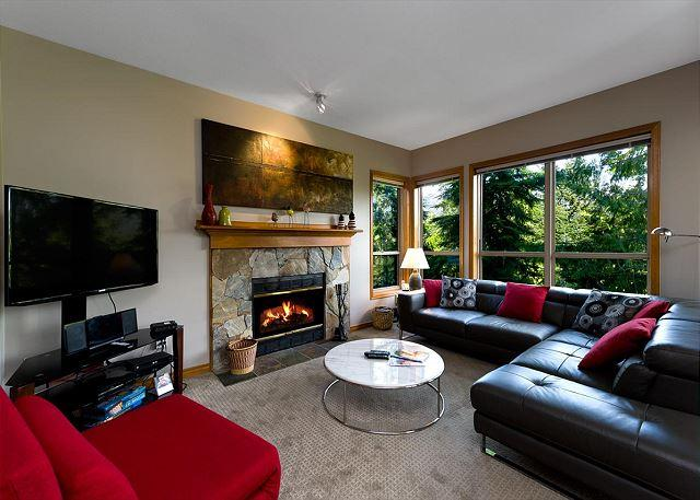Living Room - Painted Cliff 2 bdrm, ski-in, ski-out, luxury with serene mountain view - Whistler - rentals