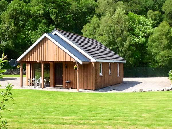 STONE WATER, lovely lochside location, WiFi, fishing available, child-friendly, close to Strathpeffer, Ref. 904198 - Image 1 - Strathpeffer - rentals