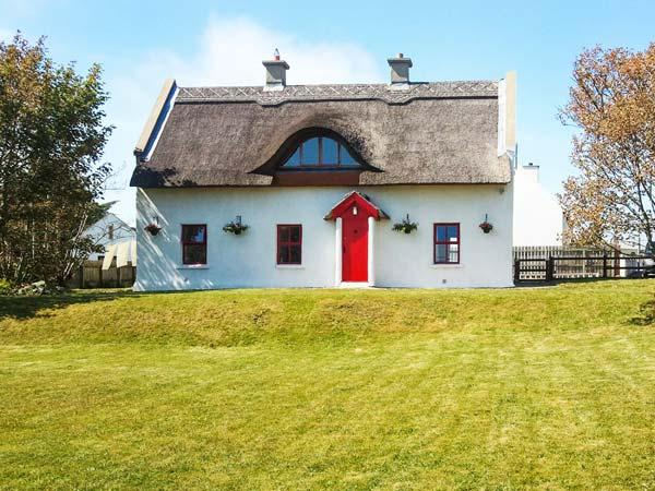 TEAC CHONDAI THATCHED COTTAGE, detached thatched cottage, open fire, near Lough, in Loughanure, Ref 906057 - Image 1 - Annagry - rentals