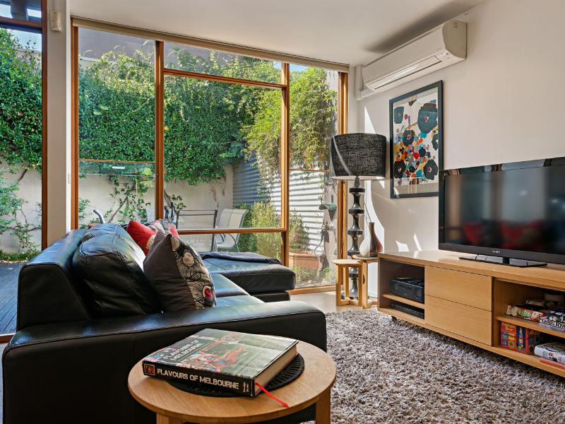 Enjoy the widescreen TV, music player, WiFi, & beautiful garden. Fully air conditioned & heated. - FitzGeorge - 2 bedroom in prime Melbourne location - Melbourne - rentals