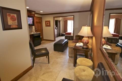 Master suite (1) is fully equipped with living room, HDTV, gourmet kitchenette, master bedroom and private en suite bathroom. - Westgate 2 Bed Pine Draw - Park City - rentals