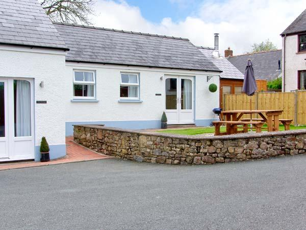 TY GLAS, semi-detached cottage, all ground floor, en-suite, garden, near Narberth, Ref 30543 - Image 1 - Templeton - rentals