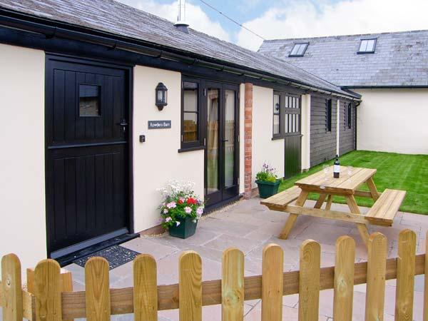 ROWDENS BARN, pet-friendly, single-storey, woodburner, games room, Blandford Forum Ref 905898 - Image 1 - Turnworth - rentals