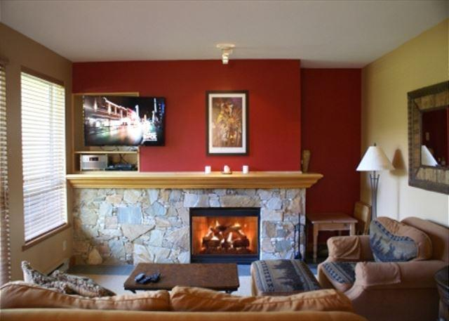 Living Room - Alpine Greens 27 - Golf course views located on free shuttle route - Whistler - rentals