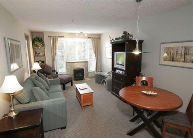 Living room - Glacier Lodge 247 - Deluxe Ski in Ski out condo with pool and hot tub - Whistler - rentals