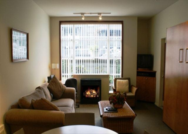 Living area - Glacier Lodge 103 - Ski in Ski out with pool and hot tub access - Whistler - rentals