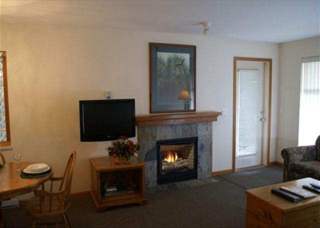 Living room - Stoney Creek Northstar 2 - Great location, pool & hot tub access, free wifi - Whistler - rentals