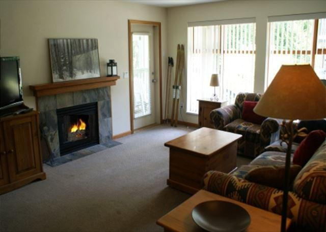 Living room - Stoney Creek Northstar 74 - One bedroom condo with pool and hot tub access - Whistler - rentals
