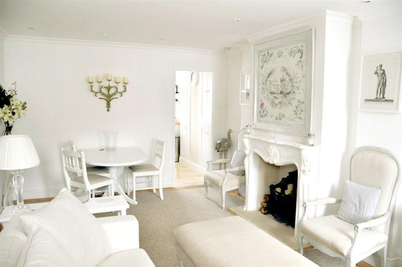 Living room with dining area - Elegant New Forest Lymington Town Getaway 1.5 Bath - Lymington - rentals