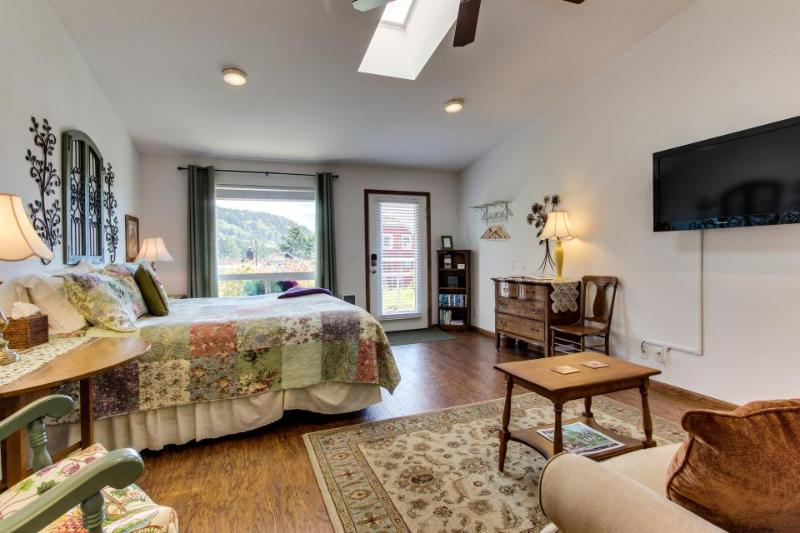 Cozy garden-themed suite with oceanfront views - bring your dogs along too! - Image 1 - Yachats - rentals