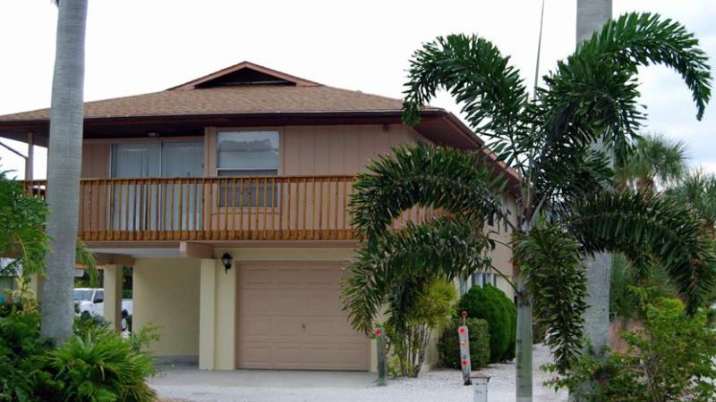 Relaxing Front Balcony - Sun-Day West: 2BR Family- & Pet-Friendly near Beach - Holmes Beach - rentals