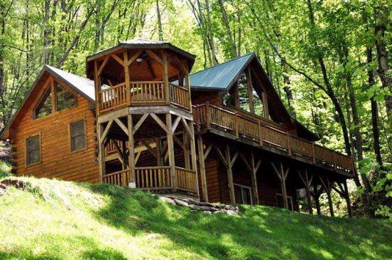 Bear Moon Lodge is Minutes from Harrahs Cherokee and Rafting on the Tuckaseegee River - Bear Moon Lodge - The Mountain Experience to Remember - Seclusion, Convenient Location, Wi-Fi, and a Game Room with Pool Table - Dillsboro - rentals