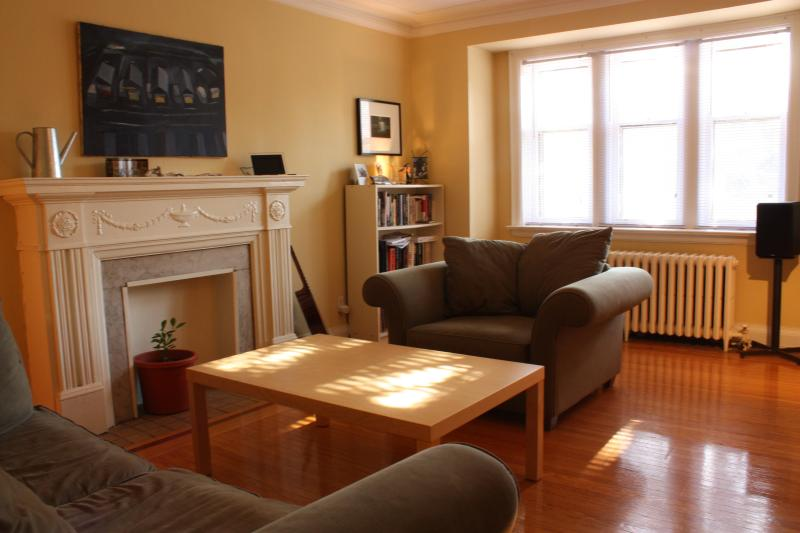large living room - Large main floor Apt/house @College /Dovercourt - Toronto - rentals