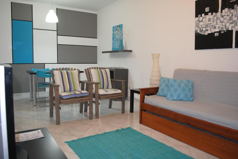 Living & Dining Room Area with a Piet Mondrian Inspired Mural - Kwadalayo Art Quarters - 2 bedroom apartment - Faro - rentals