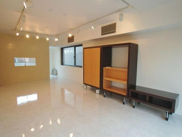 Living and bedroom (Dining table, bed, and clothing rack provided) - August bargain for a great room in Roppongi !! - Tokyo - rentals