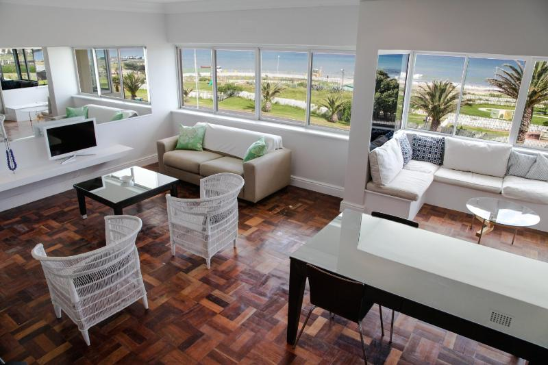 Open plan dining and living area - Top Floor Seafront Apartment Near City Centre - Cape Town - rentals