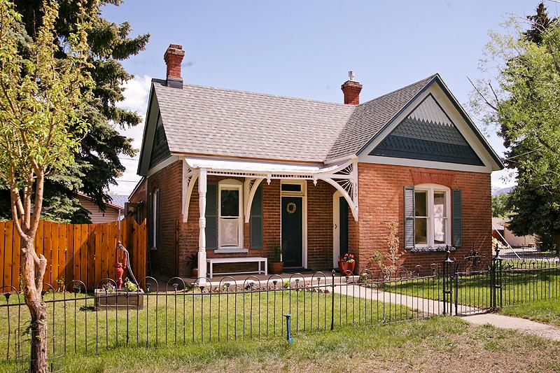 Street view with wrought iron fence - Downtown Historic cottage, Sauna, WIFI - Buena Vista - rentals