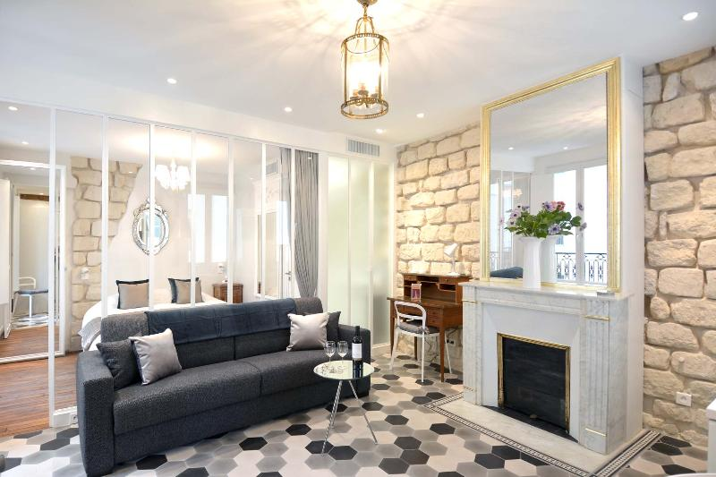 A perfect balance of stylish antiques & the comfort of high-tech modern conveniences. - Luxurious and Stylish Apartment in Marais with Elevator - Paris - rentals