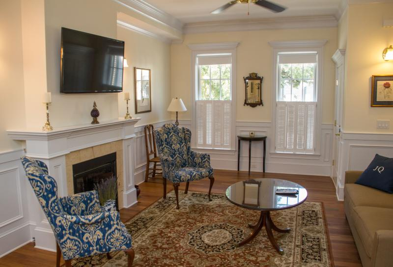 Unit A living room - JASMINE QUARTERS ON WASHINGTON SQUARE - UNIT A - Savannah - rentals