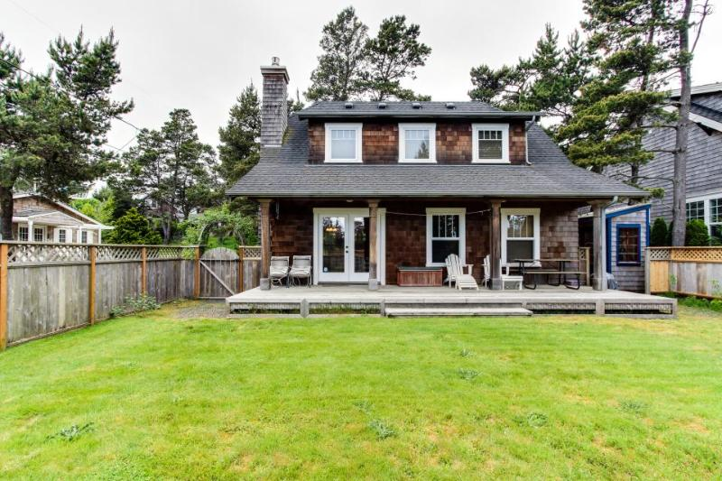 Spacious dog-friendly cottage w/yard & bikes + walk to beach! Weddings welcome! - Image 1 - Gearhart - rentals