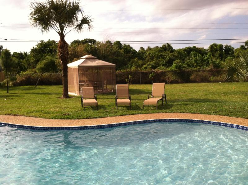 Huge Backyard with Sunbeds and Covered Dining Gazebo! - The Boca Oasis - Boca Raton - rentals