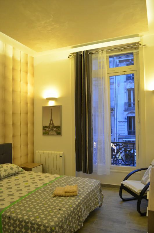 Master bedroom - Stylish Vacation Loft Next to Saint Honore in Paris - Paris - rentals