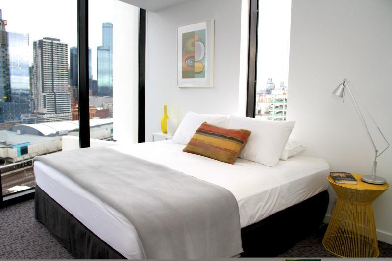 super comfy king bed with amazing city skyline views - City Edge Top Views! 1 BR FREE WIFI - Melbourne - rentals