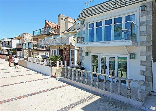 Nicely decorated upper oceanfront unit- near amenities, rooftop deck, w/d - Image 1 - Newport Beach - rentals