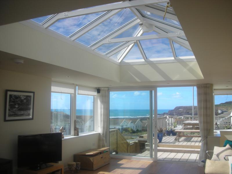 Huge sun lounge with lantern roof and triple aspect windows with views of the sea & cliffs  - Sea View Bungalow, Widemouth Bay, Bude. ☀️☀️☀️☀️☀️ - Widemouth Bay - rentals