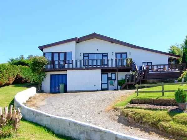 COED Y MYNACH, en-suite facilities, patio with furniture, hot tub, great base for walking, Ref 914346 - Image 1 - Llanilar - rentals