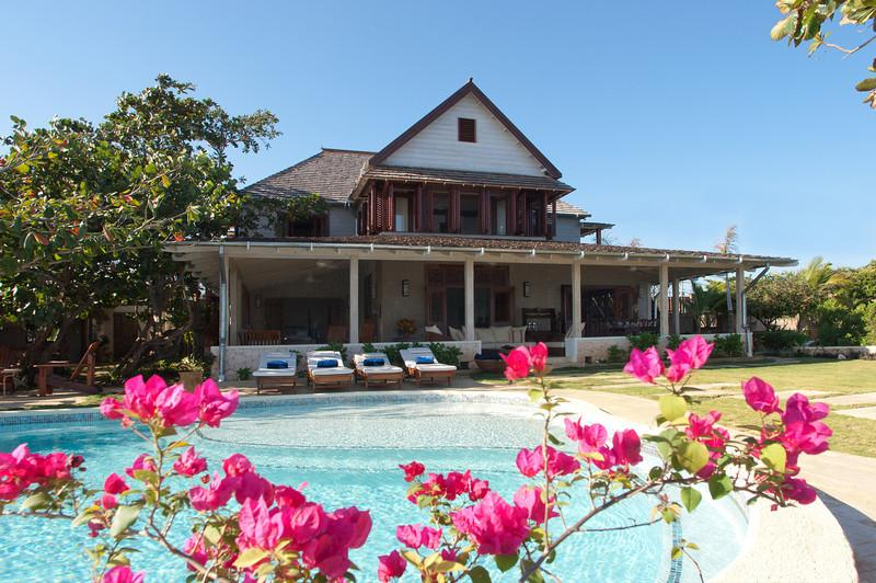 Hidden Bay by the Sea - Ideal for Couples and Families, Beautiful Pool and Beach - Image 1 - Runaway Bay - rentals