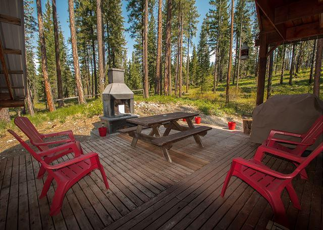 """Backing national forest out the back door off of this acre lot, - Take some """"Thyme Out"""" hot tub, Wi-Fi, DirecTV sleeps 6 - Leavenworth - rentals"""