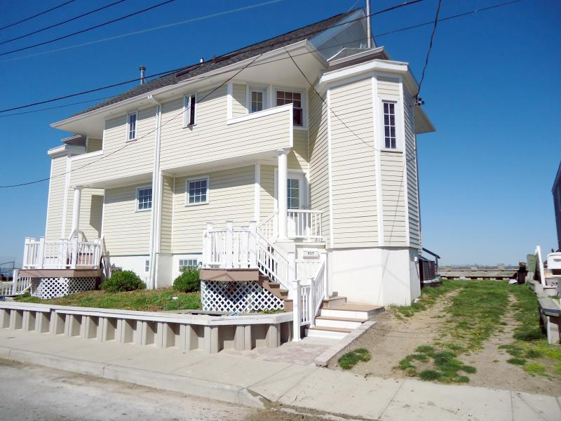 exterior view - New Yokk City Vacation Waterfront Home view of Manhattan skyline and sunsets - Queens - rentals